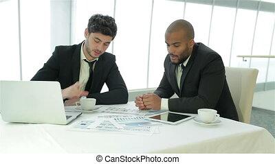 due, uomo affari, discutere, documenti