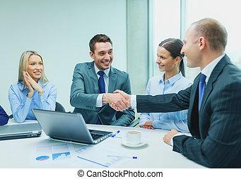 due, uomo affari, stringere mano, in, ufficio