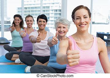 duimen, yoga, vrouwen, op, gesturing, stand