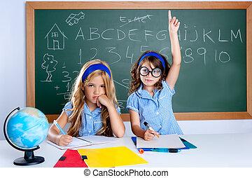 duktig, nerd, student, flicka, in, klassrum, uppresning lämna
