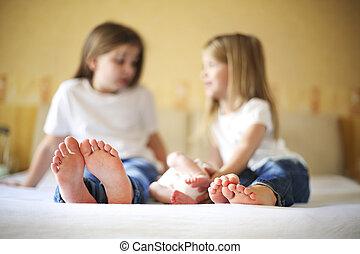 dulce, familia , en, bed., tres hermanas, de cerca sobre pies