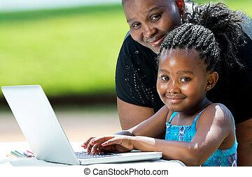 dulce, niña, madre, laptop., africano