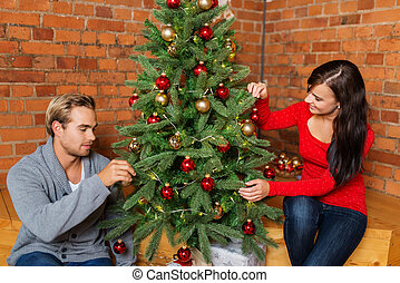 dulce, pareja joven, árbol de navidad decorando