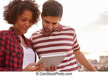 dulce, pareja joven, el mirar, tableta