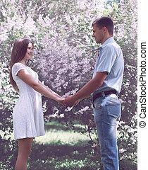 dulce, pareja joven, enamorado, contra, el, florecimiento, primavera, jardín