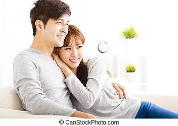 dulce, pareja joven, sentado, en, sofá