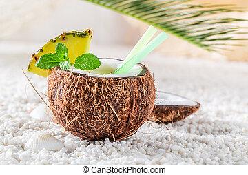dulce, pinacolada, en, coco, con, piña, y, menta, hojas