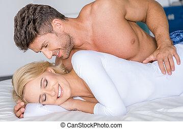 dulce, sexy, caucásico, pareja, acostado, blanco, cama