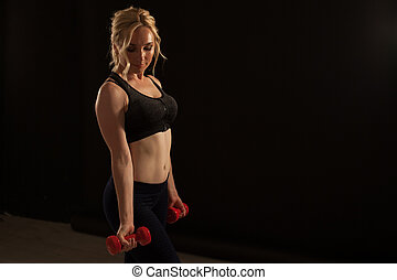 dumbbells, blondynka, sala gimnastyczna, stosowność, ma na sobie kobietę