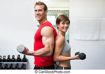 dumbbells, crise, couple, ensemble, appareil photo, sourire, levage