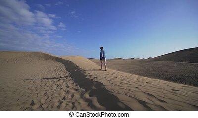 dunes, large, lent, femme, promenades, désert, modèle, angle, maspalomas, haut, mouvement, dune, sunset.