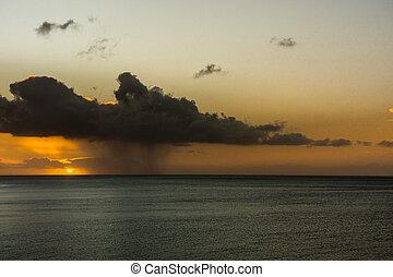dunkel, regnen wolke, und, regen, an, sonnenaufgang, aus, atlantische ozean