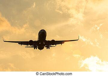 dunkel, silhouette, von, ein, motorflugzeug, an, sonnenuntergang, sich nähern, in, der, flughafen, von, a, schöne , schöne , sky.