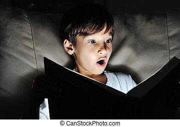 dunkelheit, licht, buch, schockiert, lesende , kind