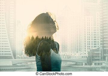 dupla kitettség, noha, kisasszony, alatt, a, modern, cityscape, és, forest.