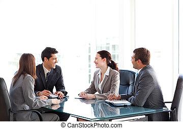 durante, businessteam, hablar, reunión, juntos, feliz