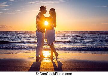 durante, romanticos, praia, amor, pôr do sol, par beija