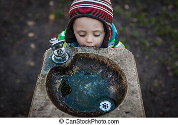durstig, junge, an, a, trinkbrunnen