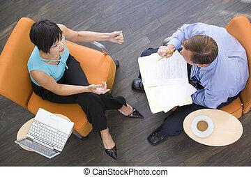 dva, businesspeople, sedění, doma, s, zrnková káva, počítač...