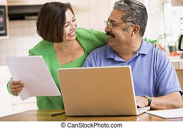 dvojice, do, kuchyně, s, počítač na klín, a, papírování, usmívaní