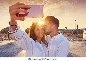 dvojice, mládě, selfie, fotografie, do, vytáhnout loď na břeh vyklizení