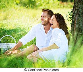 dvojice, obout si, šťastný, mláde rodinný, ve volné přírodě, piknik, park.