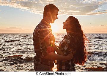 dvojice, od vidět velmi rád, zadní strana nečetný, silueta, v, jezero, západ slunce