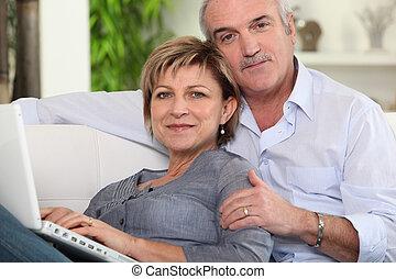 dvojice, pouití, jeden, počítač na klín, doma