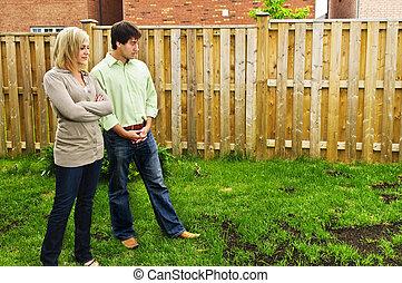 dvojice, ustaraný, kolem, trávník