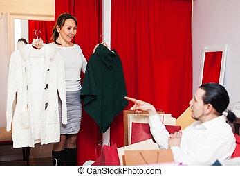 dvojice, vybrat, plášť, do, fitting-room, v, sklad