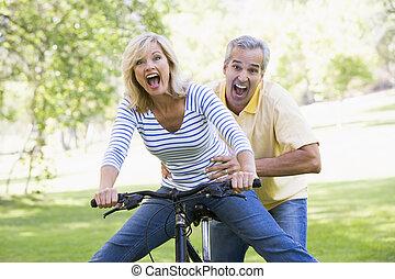 dvojice, zastupující, jezdit na kole, venku, usmívaní,...