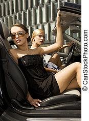 dwa, ładny, kobieta, w, czarnoskóry, wóz