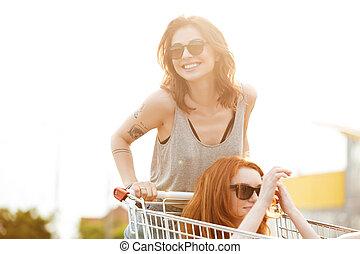 dwa, śmiech, pomylony, kobiety, w, sunglasses, mająca zabawa