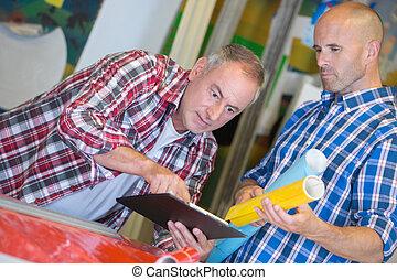 dwa, architekci, przeglądnięcie clipboard, pracujący, w, biuro