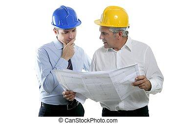 dwa, architekt planują, drużyna, hardhat, opinia, inżynier