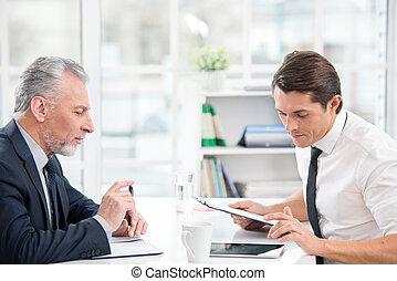 dwa, biznesmeni, pracujący, z, tabliczka, komputer