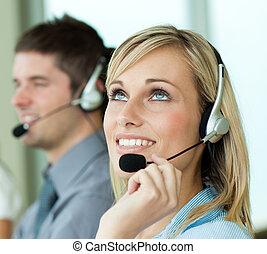 dwa, businesspeople, z, słuchawki