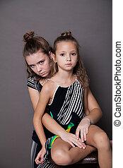 dwa dziewczyny, przedstawianie, na, niejaki, szary, tło