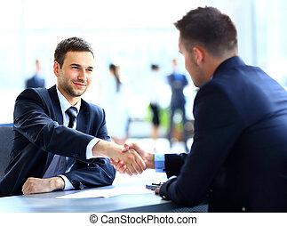dwa, handlowe koledzy, potrząsające ręki, podczas, spotkanie