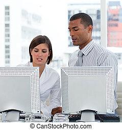 dwa, handlowy zaludniają, dopomagając siebie, z, ich, komputery