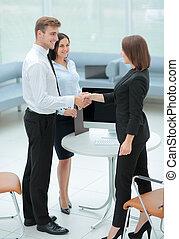 dwa, handlowy zaludniają, potrząsające ręki, z, nawzajem, w, biuro