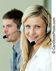 dwa, handlowy zaludniają, pracujący, z, słuchawki