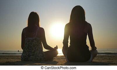 dwa kobiet, medytacja, na, przedimek określony przed rzeczownikami, brzeg, od, przedimek określony przed rzeczownikami, morze
