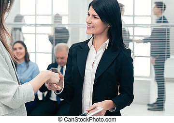 dwa kobiet, potrząsające ręki, inny., każdy, handlowy