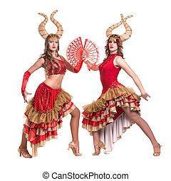 dwa kobiet, tancerze, z, horns., odizolowany, na białym, tło.