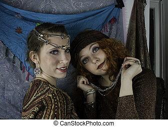 dwa kobiet, ubrany, jak, niejaki, gipsuje
