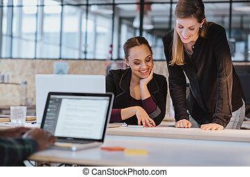 dwa, młoda kobieta, pracujący dalejże, niejaki, nowy, twórczy, projektować