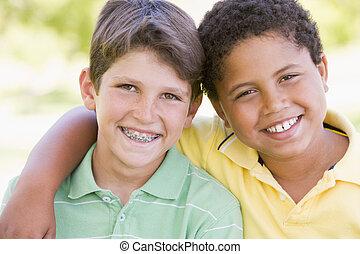 dwa, młody, outdoors, uśmiechanie się, samiec, przyjaciele
