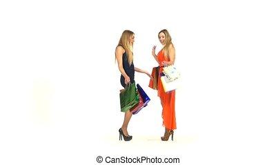 dwa, piękne dziewczyny, z, shopping torby, spotykać, pocałunek, i, pokaz, ich, nowy, stroje, do, nawzajem, na białym, tło