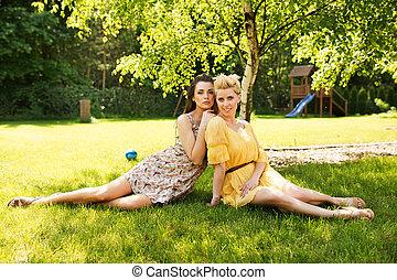dwa, pociągający, kobiety, odpoczynkowy dalejże, przedimek określony przed rzeczownikami, kwiat, łąka